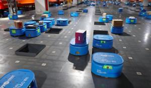(菜鳥網絡的自動化機器人,正在倉庫中進行撿貨、挑貨工作。圖/阿里巴巴)