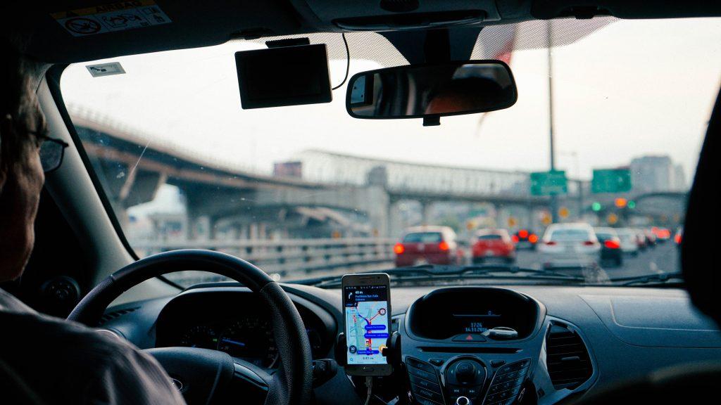 (除了外送服務之外,未來Uber司機也多了一項工作選擇/圖:取自Unsplash)