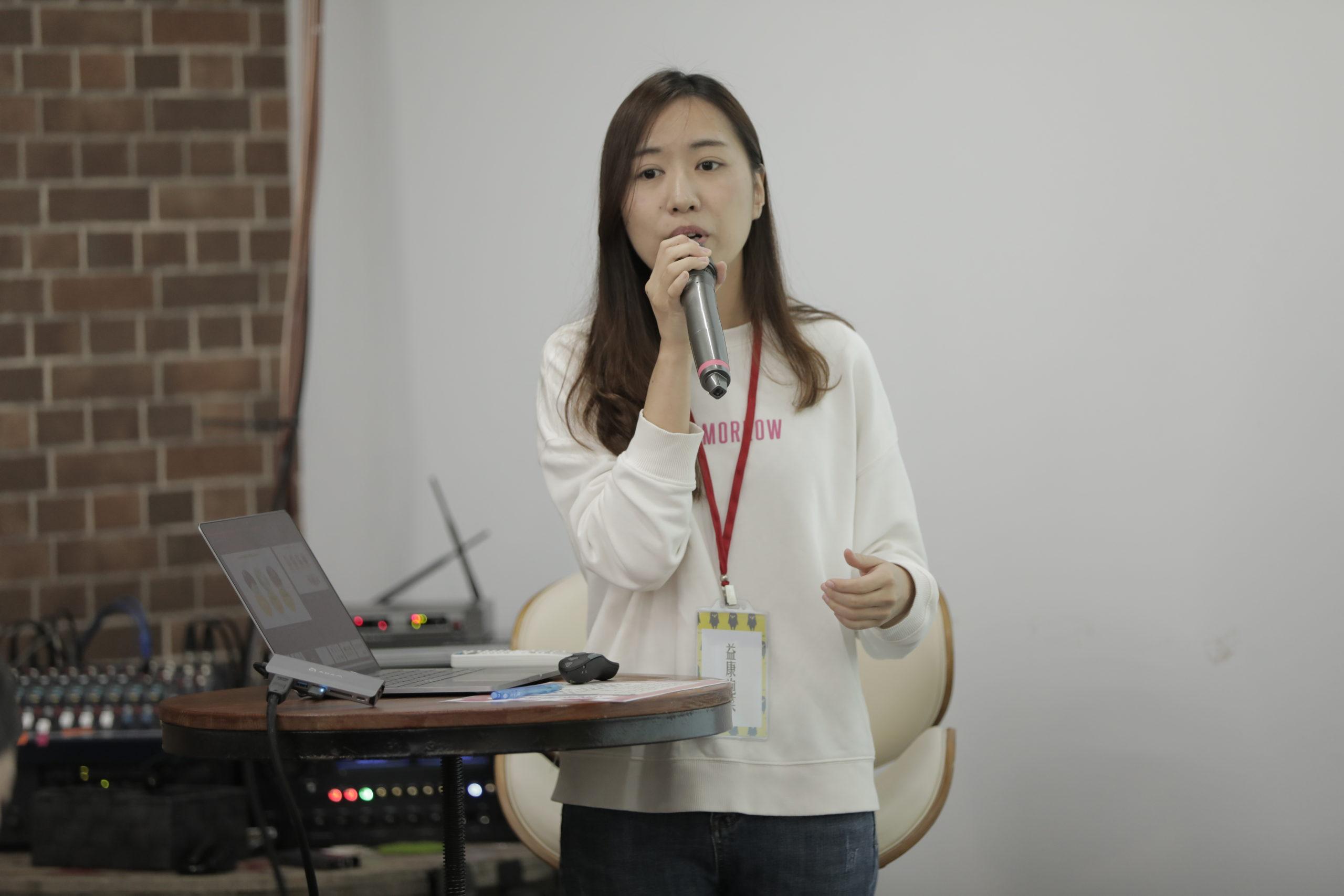 益康泡菜廠商代表說明團購產品。/圖:微微平台