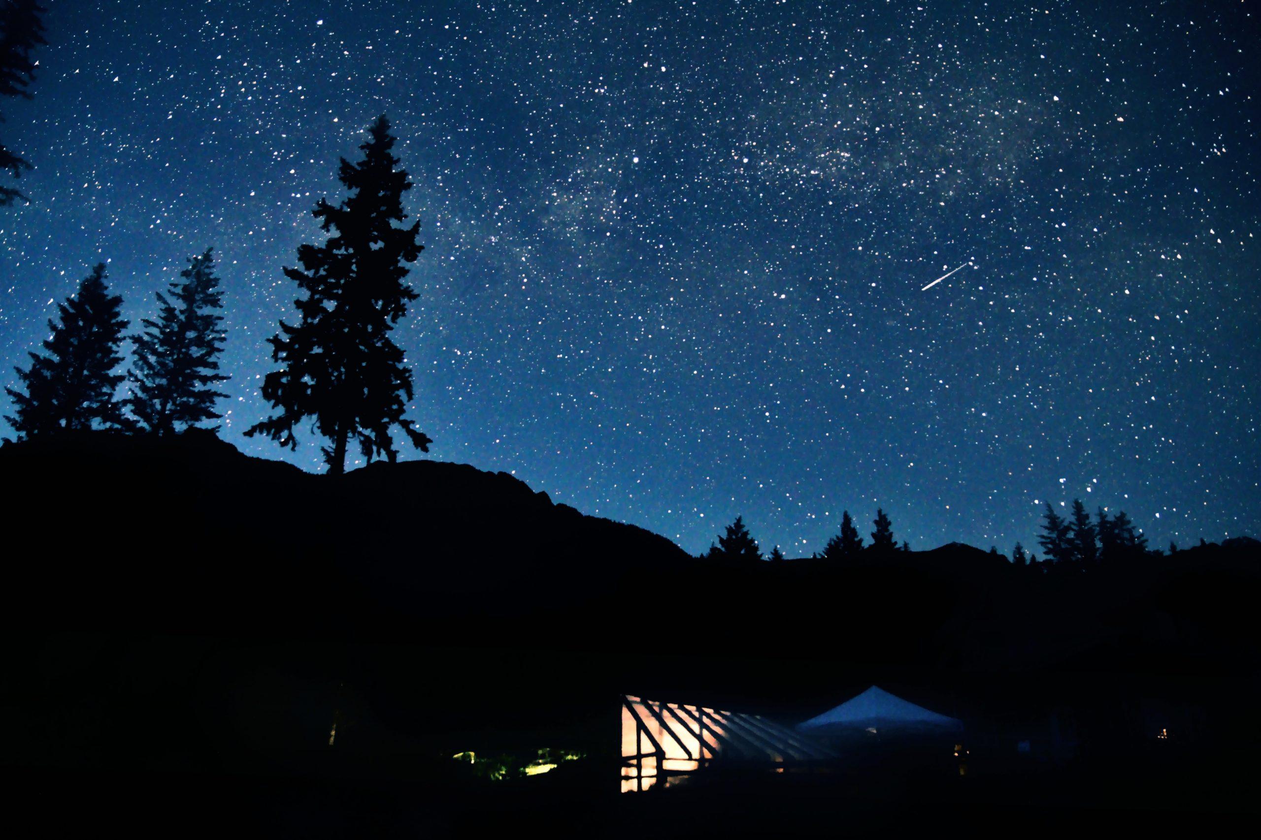 接近夜晚時的天空,有股說不出的平靜。/圖:Photo by Alan Chen on Unsplash