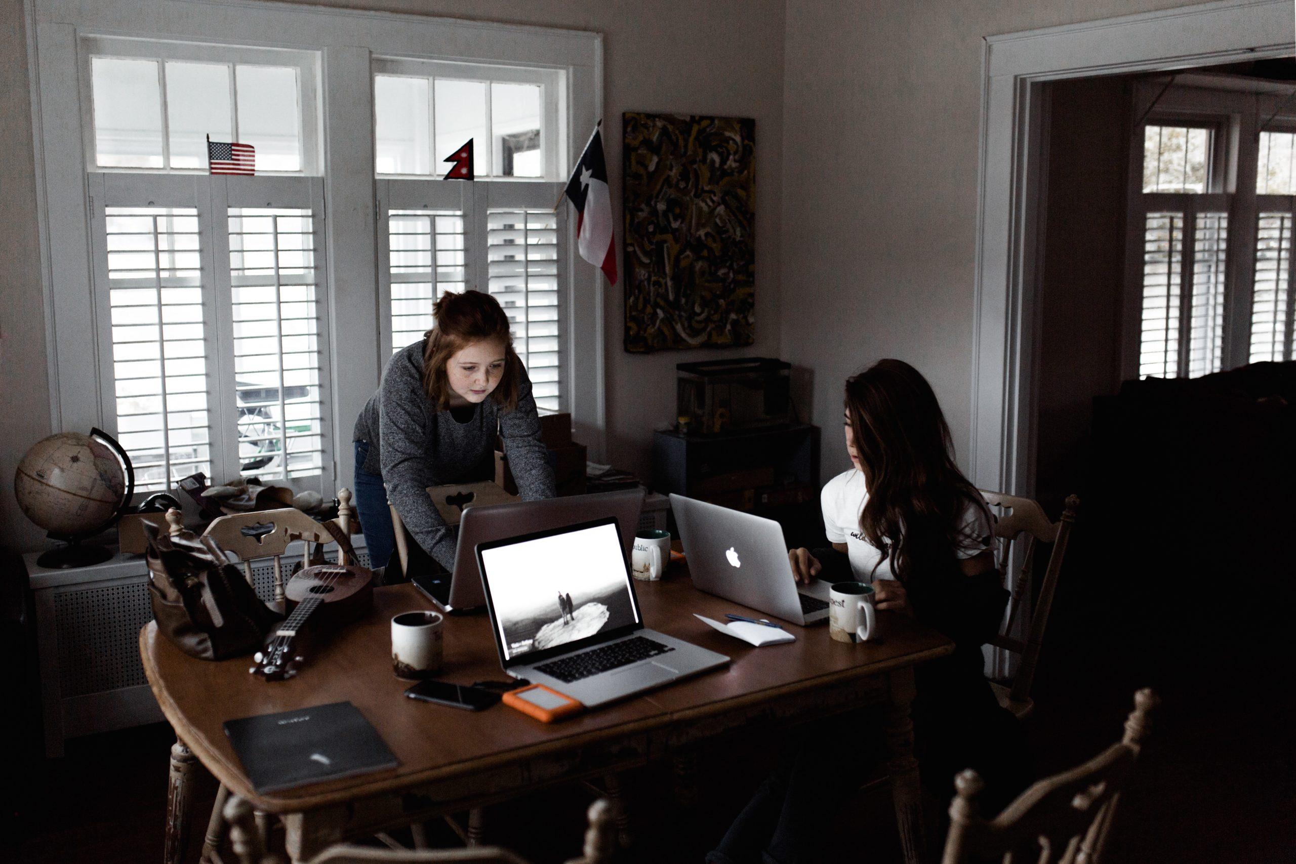 學會思考自己的特長能為公司帶來的價值,創造沒有的職缺。/圖:Photo by Andrew Neel on Unsplash