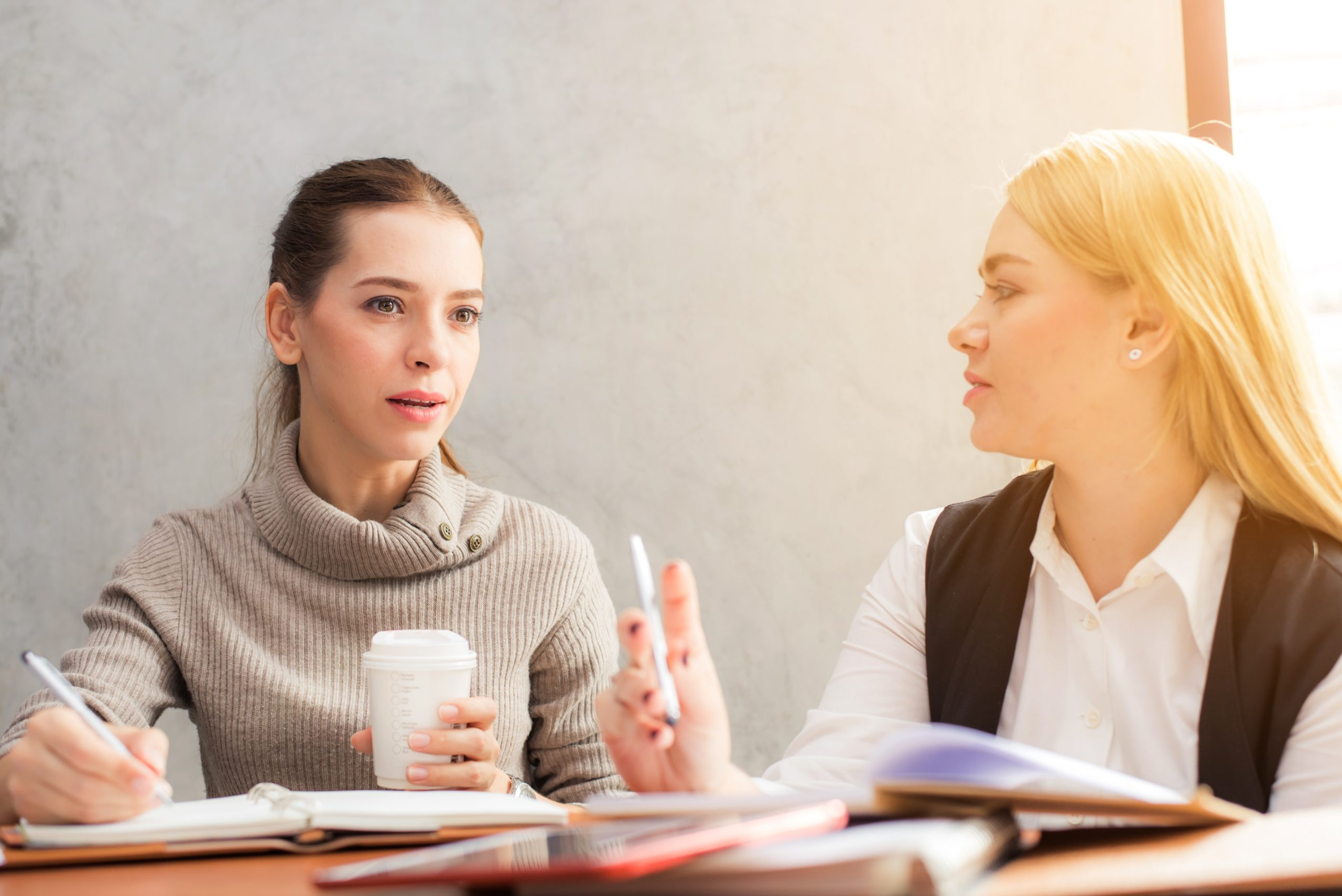 """用""""I believe..""""開頭,可以讓別人覺得你更有說服力。/圖:在工作場合發表意見時,該如何用英文開頭?繼續看下去吧!/圖:Photo by Headway on Unsplash"""