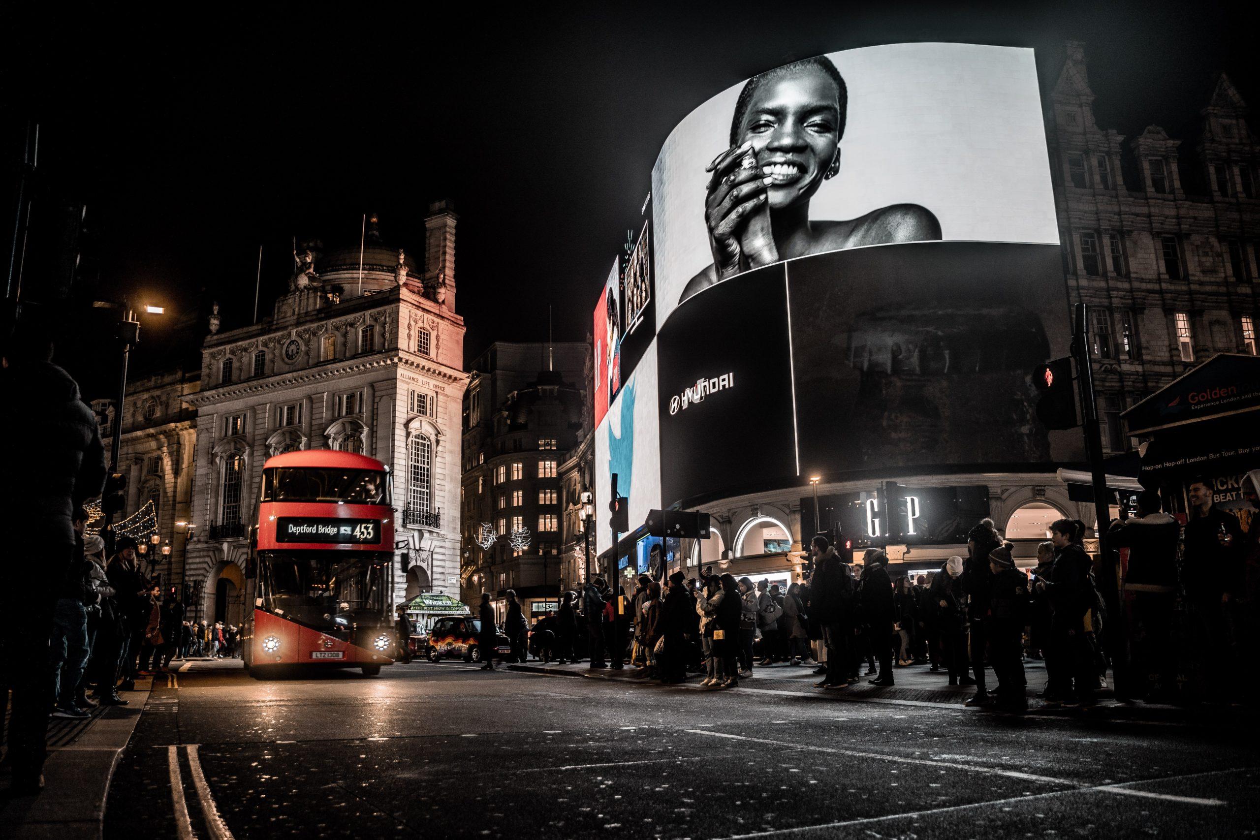 通勤、街道人潮多,公車廣告仍有優勢。/圖:Photo by David Geib from Pexels