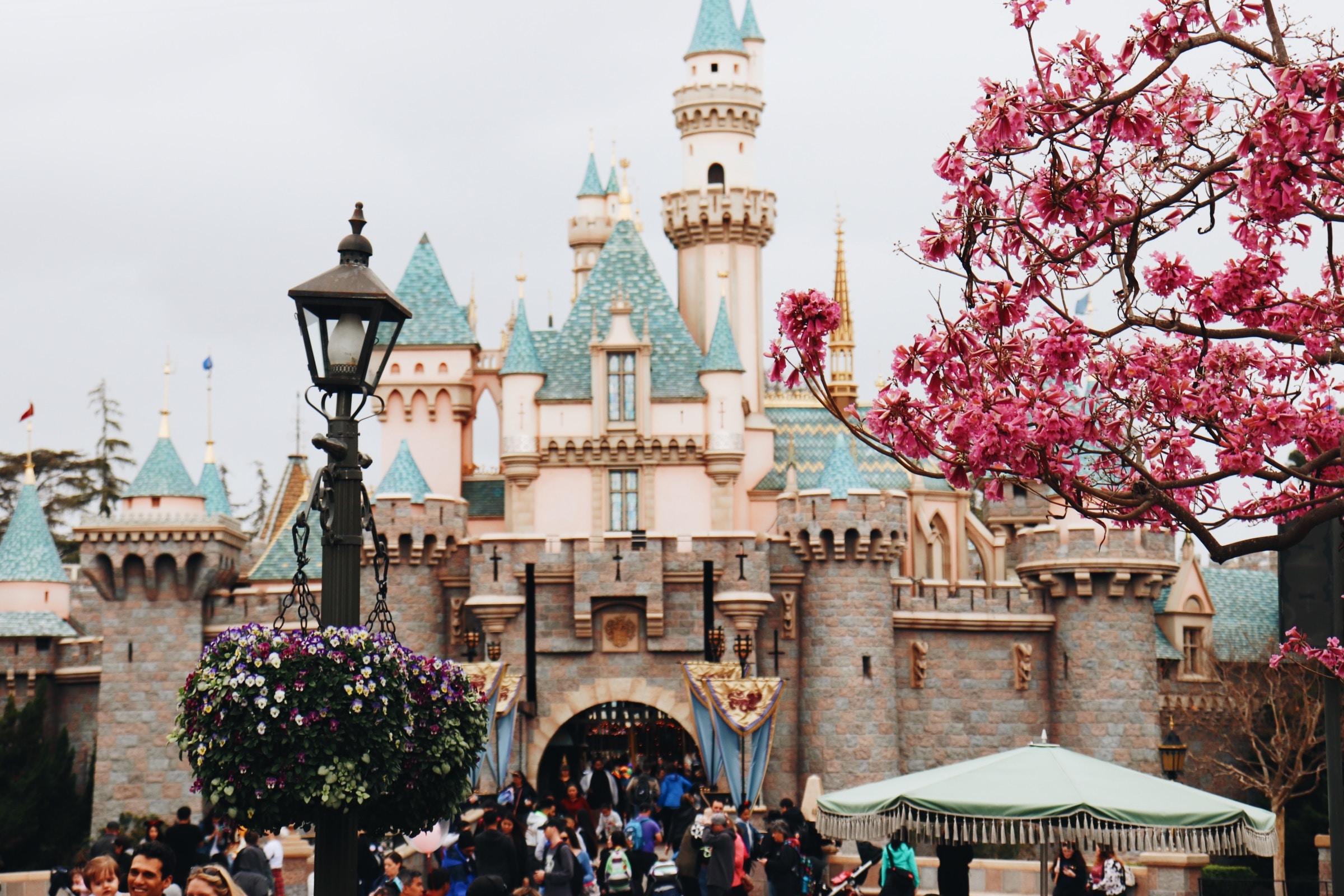 迪士尼樂園是大人小孩實現夢想的園地。/圖:Photo by Skylar Sahakian on Unsplash