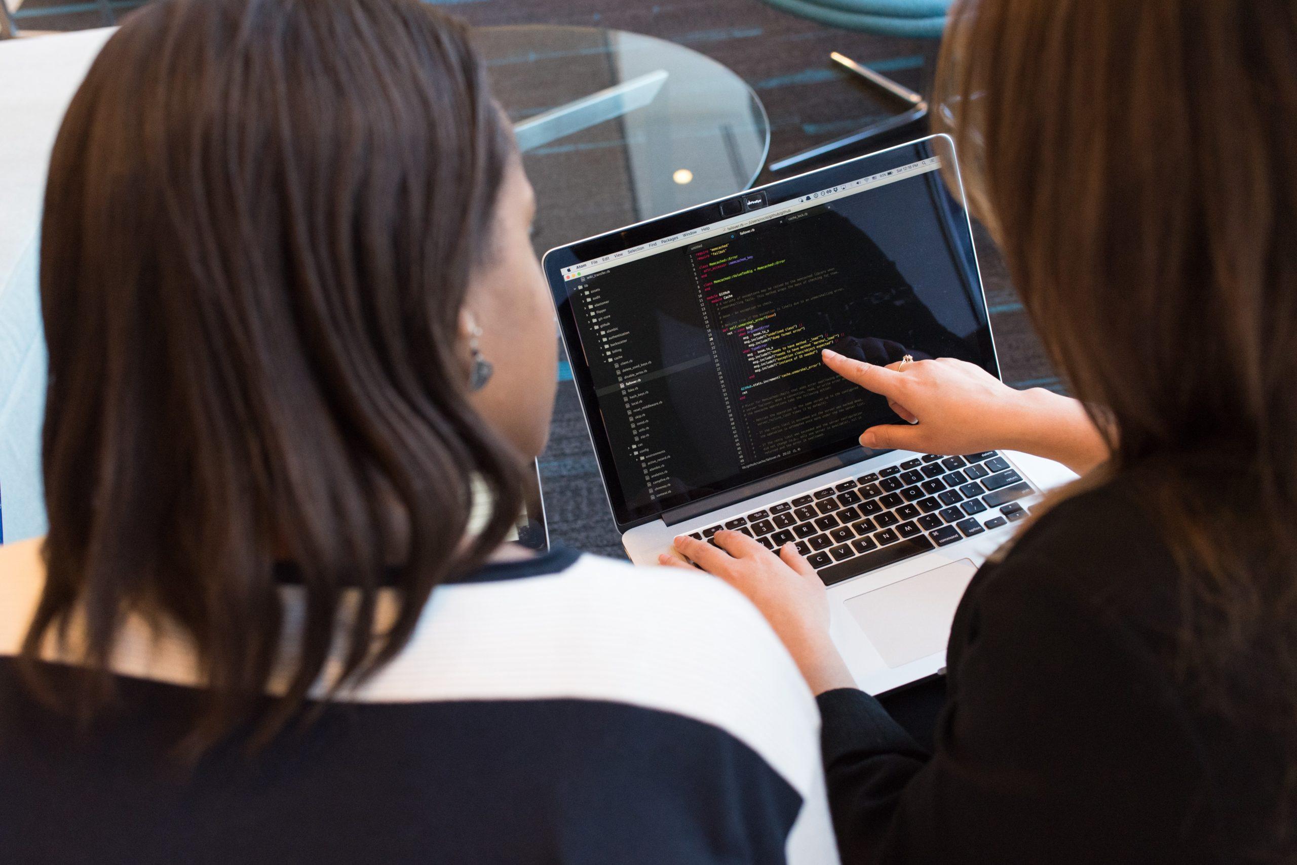 網站工程師與業主討論